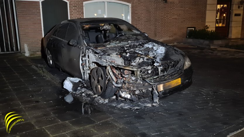 Hoogeveen: Mercedes zanger René Karst total loss door brand + video